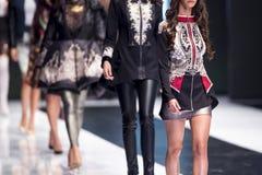 Modeller för show för modecatwalklandningsbana Royaltyfria Bilder