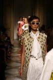 Modeller går landningsbanafinal under den Chicca Lualdi showen som en del av Milan Fashion Week Arkivbild