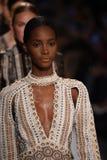 Modeller går landningsbanafinalen för den Jonathan Simkhai samlingen under, den New York modeveckan royaltyfri fotografi