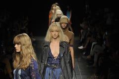 Modeller går landningsbanafinalen på Angelo Marani Show under Milan Fashion Week Arkivbild