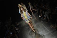 Modeller går landningsbanafinalen på Angelo Marani Show under Milan Fashion Week Royaltyfria Bilder