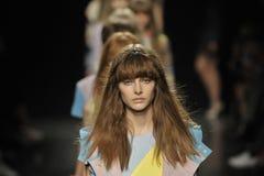 Modeller går landningsbanafinalen på Angelo Marani Show under Milan Fashion Week Arkivfoton