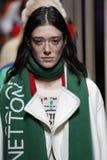 Modeller går landningsbanafinalen på de eniga färgerna av den Benetton showen på Milan Fashion Week Autumn /Winter 2019/20 fotografering för bildbyråer