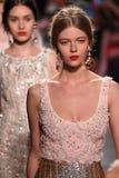 Modeller går landningsbanafinalen på den Badgley Mischka modeshowen Royaltyfria Foton