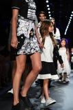 Modeller går landningsbanafinalen på den Comme Tu Es modeshowen Royaltyfri Fotografi