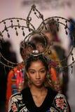 Modeller går landningsbanafinalen på den Jeremy Scott showen Royaltyfria Bilder