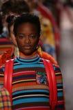 Modeller går landningsbanafinalen på den Jeremy Scott showen Arkivfoto