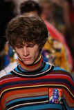 Modeller går landningsbanafinalen på den Jeremy Scott showen Fotografering för Bildbyråer