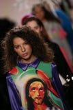 Modeller går landningsbanafinalen på den Jeremy Scott showen Arkivbilder