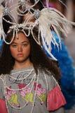 Modeller går landningsbanafinalen på den Jeremy Scott showen Royaltyfria Foton