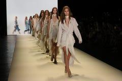 Modeller går landningsbanafinalen på den Jonathan Simkhai modeshowen royaltyfria foton
