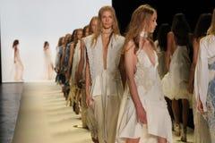 Modeller går landningsbanafinalen på den Jonathan Simkhai modeshowen arkivfoto
