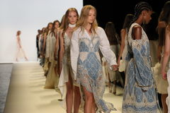 Modeller går landningsbanafinalen på den Jonathan Simkhai modeshowen royaltyfri fotografi
