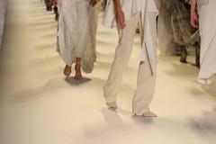 Modeller går landningsbanafinalen på den Jonathan Simkhai modeshowen arkivfoton