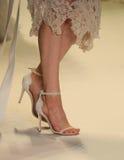 Modeller går landningsbanafinalen på den Jonathan Simkhai modeshowen arkivbild