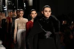 Modeller går landningsbanafinalen på den Pamella Roland modeshowen Arkivfoton