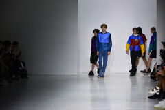 Modeller går landningsbanafinalen på den Patrik Ervell showen Arkivfoto