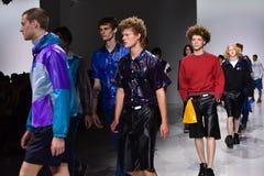 Modeller går landningsbanafinalen på den Patrik Ervell showen Royaltyfri Foto