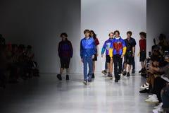 Modeller går landningsbanafinalen på den Patrik Ervell showen Arkivbild