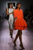 Modeller går landningsbanafinalen på den Raul Penaranda modeshowen Royaltyfria Bilder