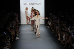 Modeller går landningsbanafinalen på sonen Jung Wan Runway Arkivbilder
