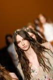 Modeller går landningsbanafinalen under den Alberta Ferretti showen som en del av Milan Fashion Week Royaltyfri Fotografi