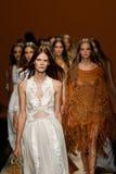 Modeller går landningsbanafinalen under den Alberta Ferretti showen som en del av Milan Fashion Week Arkivfoto