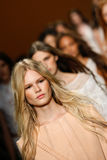 Modeller går landningsbanafinalen under den Alberta Ferretti showen som en del av Milan Fashion Week Arkivfoton
