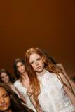Modeller går landningsbanafinalen under den Alberta Ferretti showen som en del av Milan Fashion Week Arkivbilder