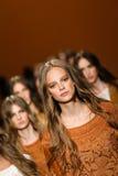 Modeller går landningsbanafinalen under den Alberta Ferretti showen som en del av Milan Fashion Week Royaltyfri Foto