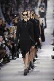 Modeller går landningsbanafinalen under den Christian Dior showen Royaltyfri Foto