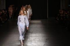Modeller går landningsbanafinalen under den Francesco Scognamiglio showen som delen av Milan Fashion Week arkivfoto