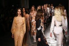 Modeller går landningsbanafinalen under den Francesco Scognamiglio showen som delen av Milan Fashion Week Fotografering för Bildbyråer