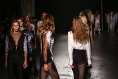Modeller går landningsbanafinalen under den Francesco Scognamiglio showen som delen av Milan Fashion Week royaltyfria bilder