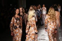 Modeller går landningsbanafinalen under den Francesco Scognamiglio showen som delen av Milan Fashion Week Arkivbilder