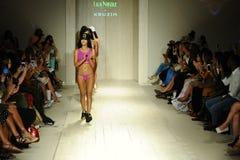 Modeller går landningsbanafinalen under den Lila Nicole Spring Summer landningsbanashowen 2017 Fotografering för Bildbyråer