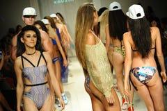 Modeller går landningsbanafinalen under den Lila Nicole Spring Summer landningsbanashowen 2017 Arkivfoton
