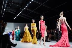 Modeller går landningsbanan i den Dany Tabet klänningen på den New York livmodeshowen under MBFW-nedgången 2015 royaltyfria foton