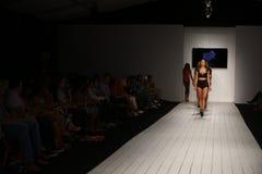 Modeller går landningsbanan i märkes- baddräkt under den Furne Amato modeshowen Royaltyfria Foton