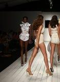 Modeller går landningsbanan i märkes- baddräkt under den Furne Amato modeshowen Arkivbild