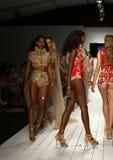 Modeller går landningsbanan i märkes- baddräkt under den Furne Amato modeshowen Fotografering för Bildbyråer