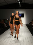 Modeller går landningsbanan i märkes- baddräkt under den Furne Amato modeshowen Arkivbilder