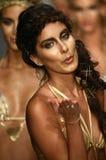 Modeller går landningsbanan i märkes- baddräkt under den Liliana Montoya modeshowen Fotografering för Bildbyråer