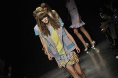 Modeller går landningsbanan på Angelo Marani - visa under Milan Fashion Week Royaltyfri Fotografi
