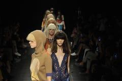 Modeller går landningsbanan på Angelo Marani - visa under Milan Fashion Week Fotografering för Bildbyråer