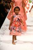 Modeller går landningsbanan på den Nancy Vuu modeshowen Arkivfoto