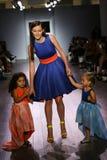 Modeller går landningsbanan på den Raul Penaranda modeshowen Arkivfoton