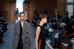 Modeller går landningsbanan på Derek Lam Fashion Show under MBFW-nedgången 2015 Royaltyfria Foton