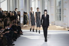 Modeller går landningsbanan på framstickandekvinnornas modeshow under Mercedes-Benz Fashion Week Fall 2015 royaltyfri bild