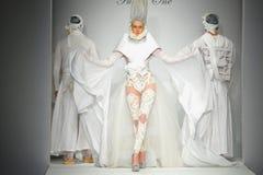 Modeller går landningsbanan på Furne en show arkivfoto
